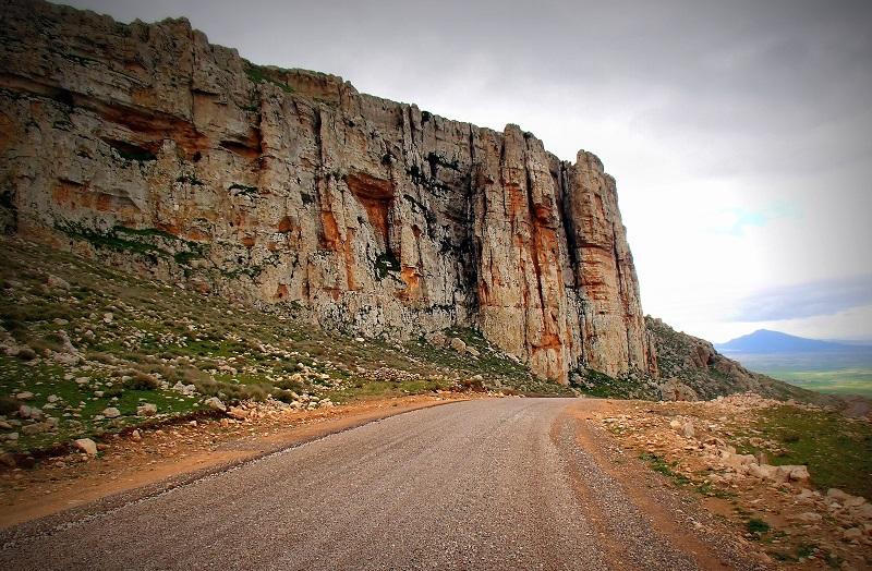 Jugurtha-táblahegység sziklái az asztfaltozott út mellett