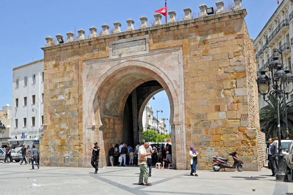 Tuniszi medina, a Bab el-Bahr íves kapujával