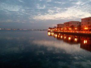 Tuniszi-tó a város esti fényeivel