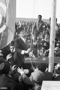 Habib Bourguiba, Tunézia első miniszterelnöke felvonja Tunézia zászlaját (1956)